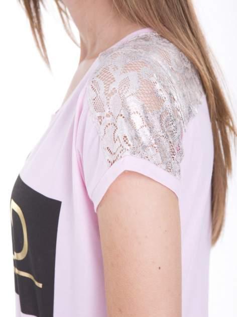 Liliowy t-shirt z metalicznym nadrukiem HARD i koronkową wstawką z tyłu                                  zdj.                                  7