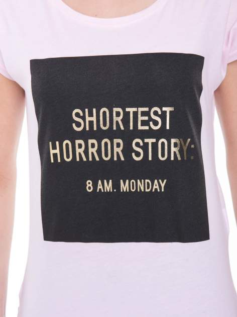 Liliowy t-shirt z zabawnym nadrukiem SHORTEST HORROR STORY 8 AM. MONDAY                                  zdj.                                  7