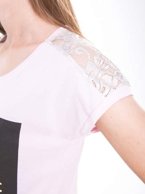 Liliowy t-shirt z zabawnym nadrukiem SHORTEST HORROR STORY 8 AM. MONDAY                                  zdj.                                  8