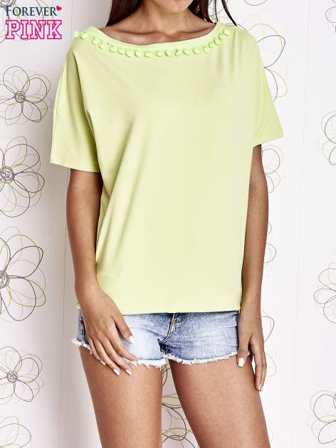 Limonkowy t-shirt z kolorowymi pomponikami przy dekolcie                                  zdj.                                  1