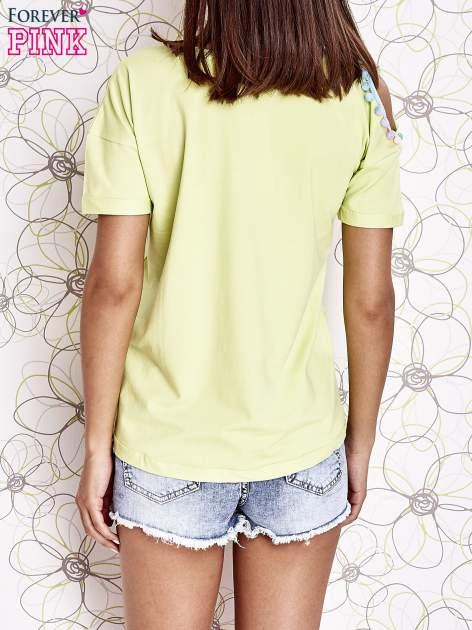 Limonkowy t-shirt z naszywką motyla i pomponami                                  zdj.                                  2