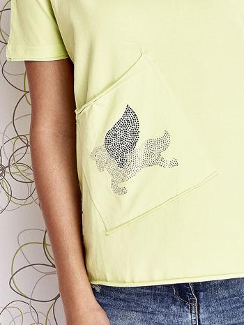 Limonkowy t-shirt z ukośną kieszenią i dżetami                                  zdj.                                  4