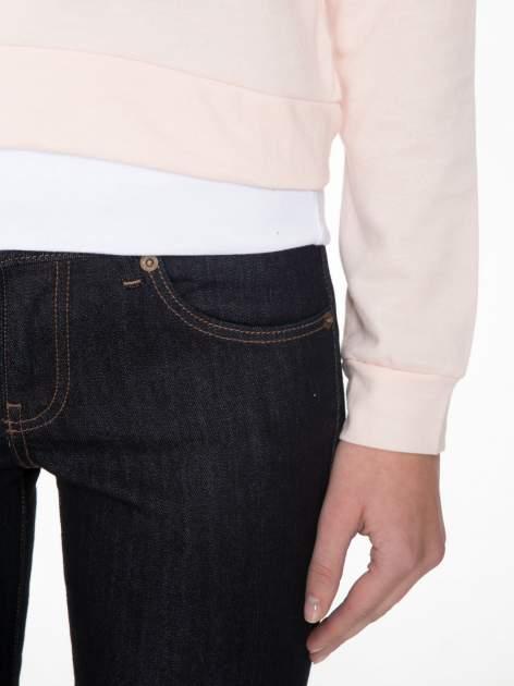Łososiowa bluza cropped z katurem i nadrukiem numerycznym                                  zdj.                                  6