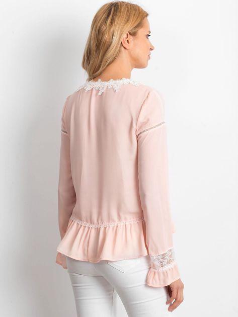 Łososiowa szyfonowa bluzka z koronkowymi wstawkami                              zdj.                              3