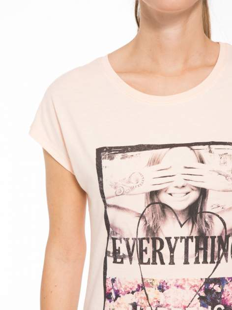 Łososiowy t-shirt z napisem EVERYTHING HAPPENS FOR A REASON                                  zdj.                                  5