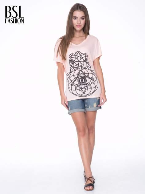 Łososiowy t-shirt z ornamentowym nadrukiem                                  zdj.                                  5