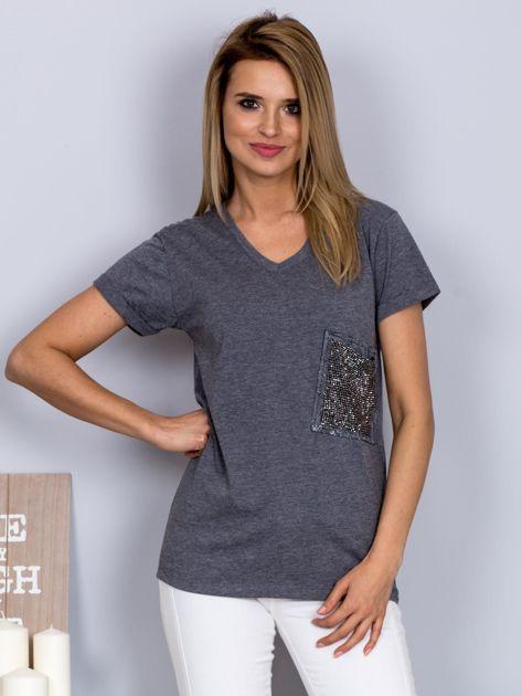 Luźny t-shirt V-neck z kieszenią z cyrkonii grafitowy                                  zdj.                                  1