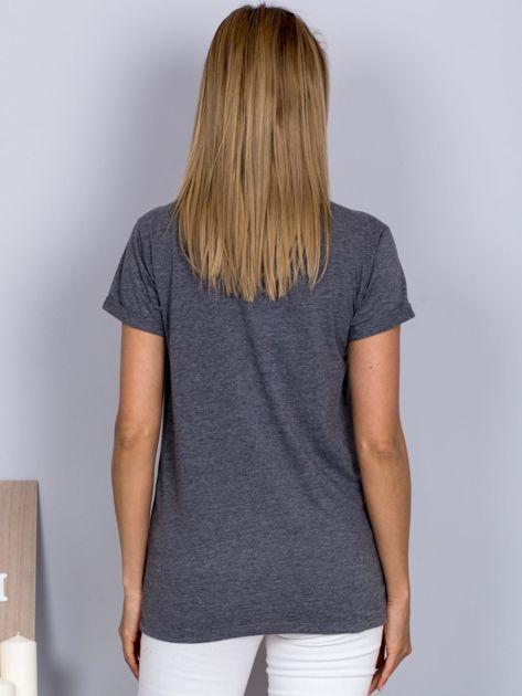 Luźny t-shirt V-neck z kieszenią z cyrkonii grafitowy                              zdj.                              2