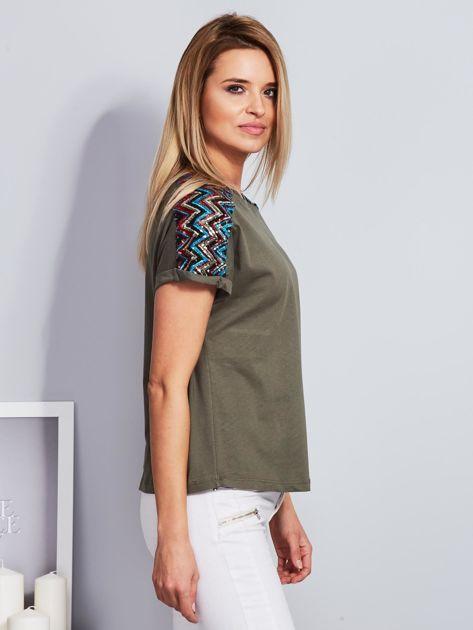 Luźny t-shirt z cekinową aplikacją na rękawach khaki                              zdj.                              5