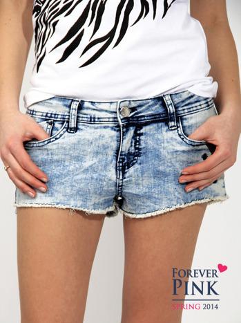 Marmurkowe szorty jeansowe z efektem acid wash                                  zdj.                                  1