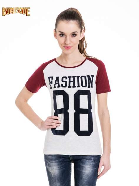 Melanżowo-bordowy t-shirt z nadrukiem FASHION 88                                  zdj.                                  1