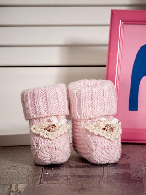 Miękkie buciki dziewczęce wyszywane perełkami jasnoróżowe                              zdj.                              1