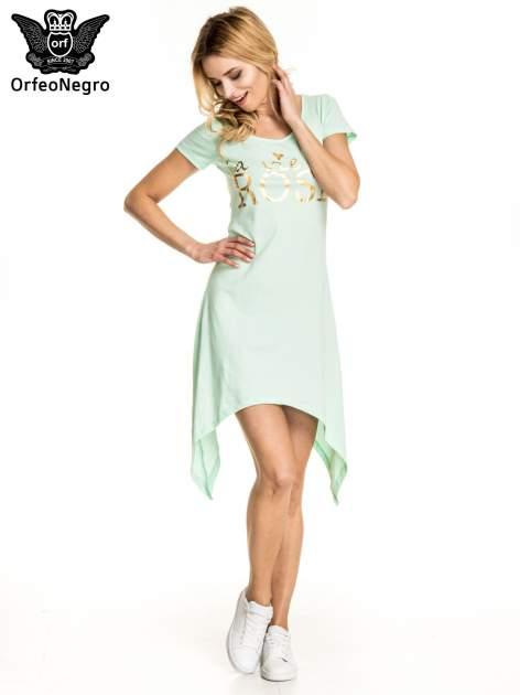 Miętowa sukienka z asymetrycznymi bokami i złotym napisem LA VIE EN ROSE                                  zdj.                                  1