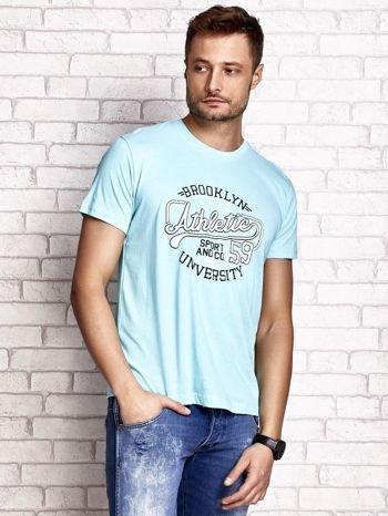 Miętowy t-shirt męski z napisem BROOKLYN ATHLETIC UNIVERSITY                                  zdj.                                  1