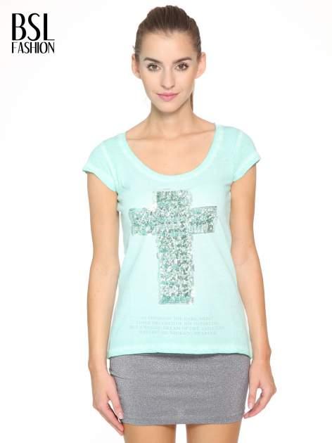 Miętowy t-shirt z cekinowym krzyżem