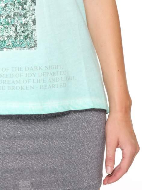 Miętowy t-shirt z cekinowym krzyżem                                  zdj.                                  8