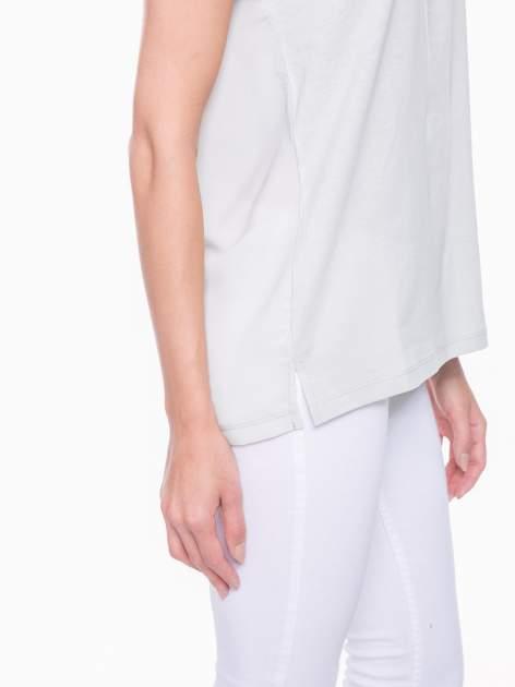 Miętowy t-shirt z koronkowymi rękawami i szyfonowym tyłem                                  zdj.                                  5