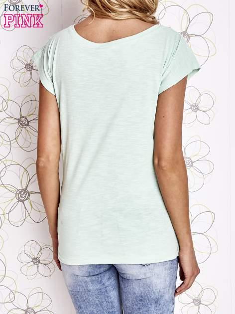 Miętowy t-shirt z motywem gwiazdy i dżetami                                  zdj.                                  2