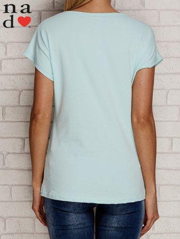 Miętowy t-shirt z napisem PIĘKNA MŁODA NIEWYSPANA