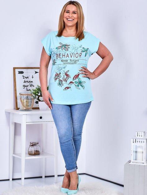 Miętowy t-shirt z napisem i motywem roślinnym PLUS SIZE                              zdj.                              4