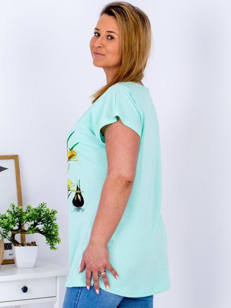Miętowy t-shirt z żonkilami PLUS SIZE                              zdj.                              3
