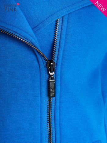 Niebieska bluza o kroju ramoneski z asymetrycznym suwakiem                                  zdj.                                  2