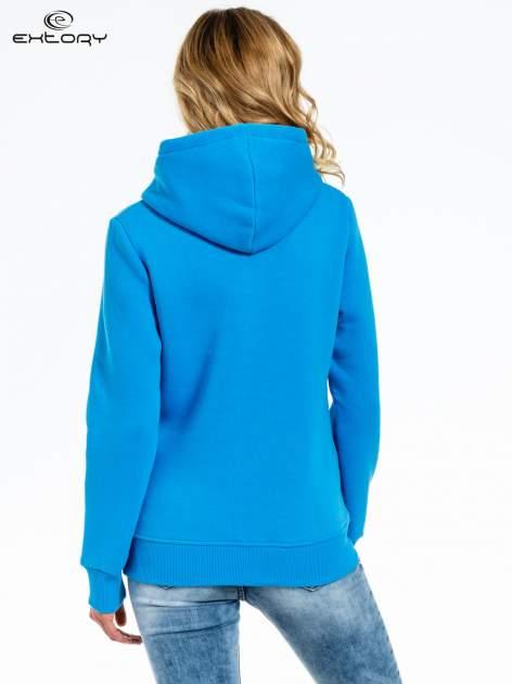 Niebieska bluza sportowa z kapturem i dżetami                                  zdj.                                  4
