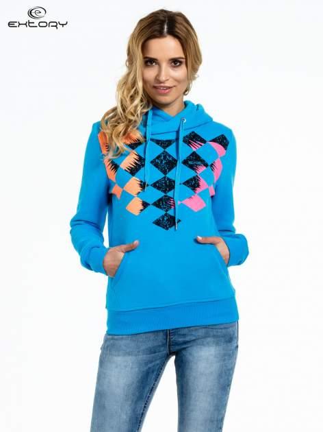 Niebieska bluza sportowa z kapturem i nadrukiem w romby                                  zdj.                                  1