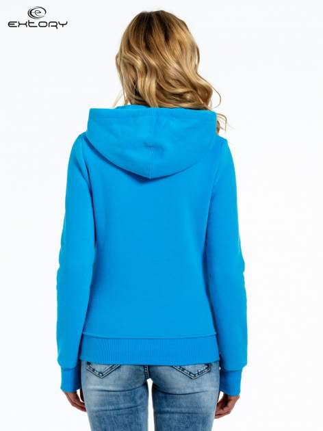 Niebieska bluza sportowa z kapturem i nadrukiem w romby                                  zdj.                                  4