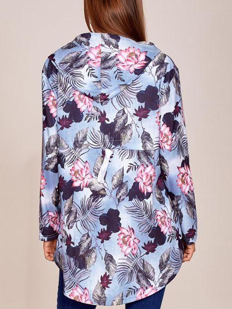 Niebieska bluza w kwiaty z dłuższym tyłem i kapturem                              zdj.                              3
