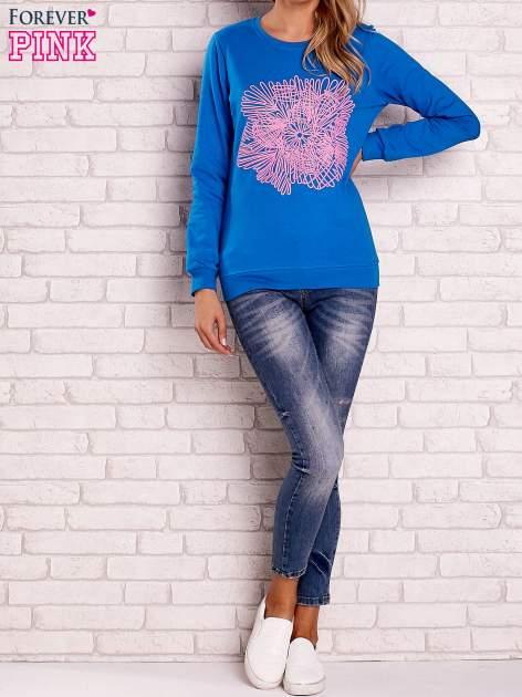 Niebieska bluza z kolorowym nadrukiem                                  zdj.                                  4