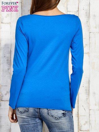 Niebieska bluzka z biżuteryjną przypinką