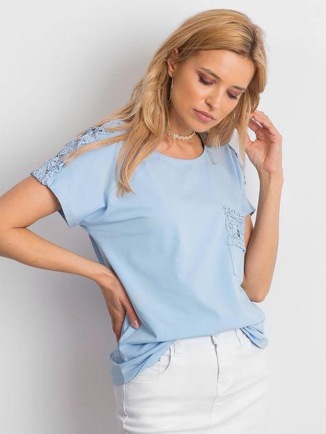 Niebieska bluzka z koronkową kieszonką                              zdj.                              3