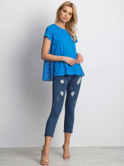 Niebieska bluzka z koronkową wstawką na plecach                              zdj.                              4