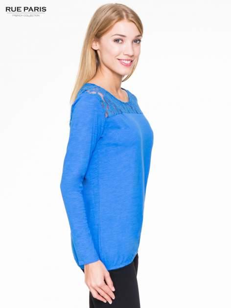 Niebieska bluzka z koronkowym karczkiem                                  zdj.                                  3