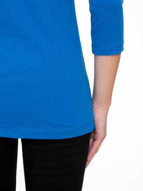 Niebieska bluzka z nadrukiem fashion i napisem MORE COLOUR                                  zdj.                                  10