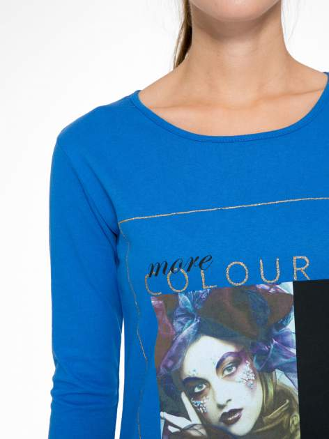 Niebieska bluzka z nadrukiem fashion i napisem MORE COLOUR                                  zdj.                                  6