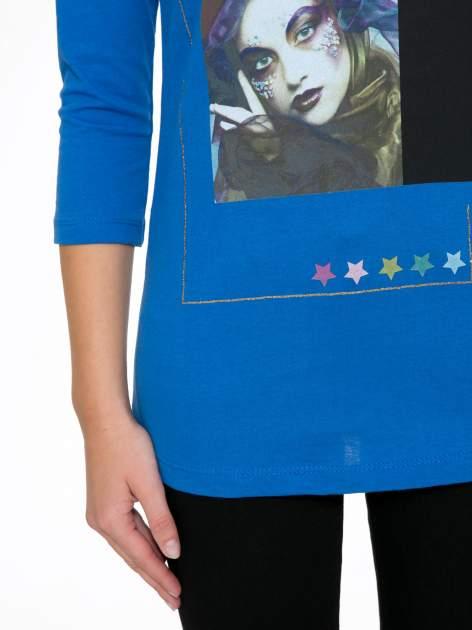 Niebieska bluzka z nadrukiem fashion i napisem MORE COLOUR                                  zdj.                                  7