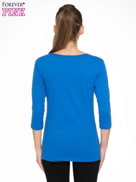 Niebieska bluzka z nadrukiem fashion i napisem MORE COLOUR                                  zdj.                                  4