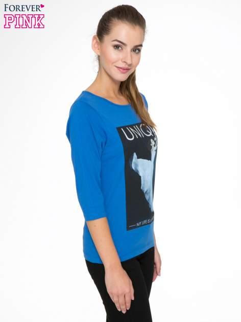 Niebieska bluzka z nadrukiem kobiety i napisem UNIQUE                                  zdj.                                  3