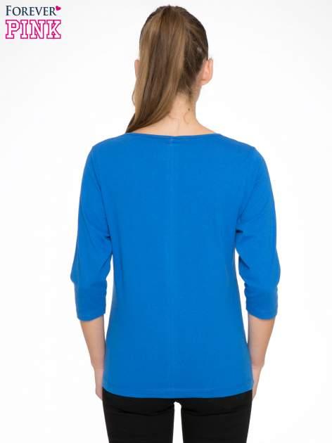 Niebieska bluzka z nadrukiem kobiety i napisem UNIQUE                                  zdj.                                  4