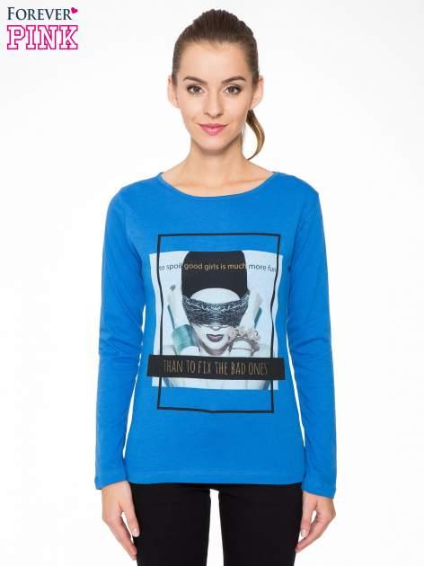 Niebieska bluzka z portretem kobiety i napisem GOOD GIRLS...                                  zdj.                                  1