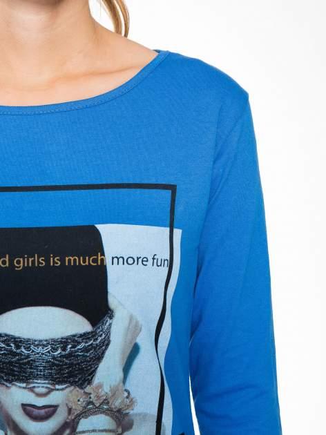 Niebieska bluzka z portretem kobiety i napisem GOOD GIRLS...                                  zdj.                                  7