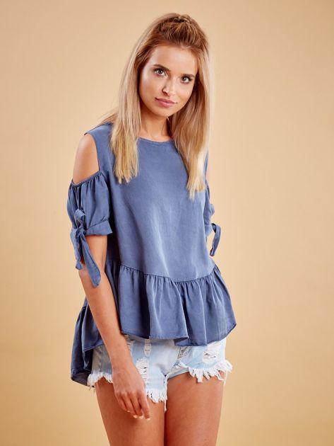 Niebieska bluzka z wycięciami na ramionach i falbaną                              zdj.                              1