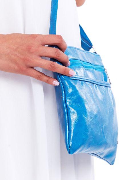 Niebieska błyszcząca torebka listonoszka                              zdj.                              2