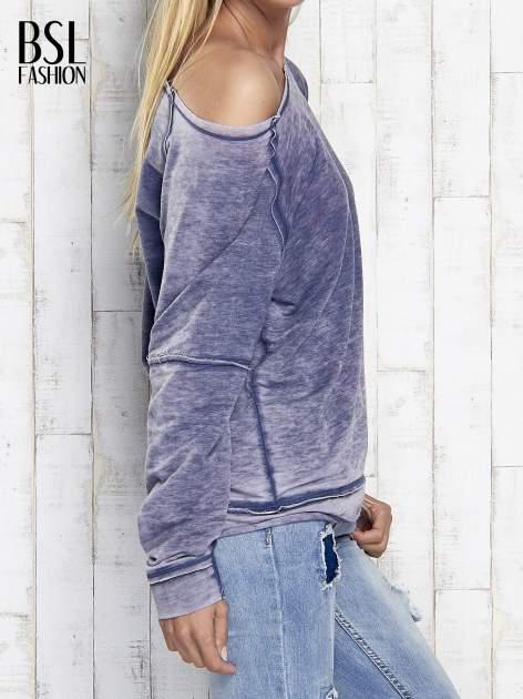 Niebieska dekatyzowana bluza z surowym wykończeniem                                  zdj.                                  4