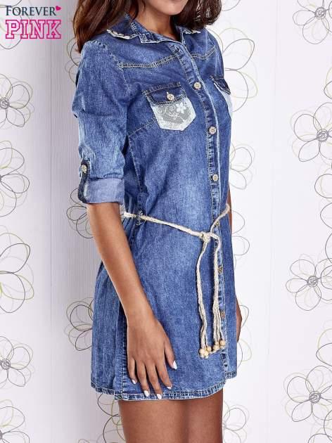 Niebieska dekatyzowana sukienka jeansowa z wiązaniem w pasie                                  zdj.                                  4