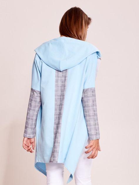 Niebieska dresowa narzutka z wstawkami w kratkę                              zdj.                              2