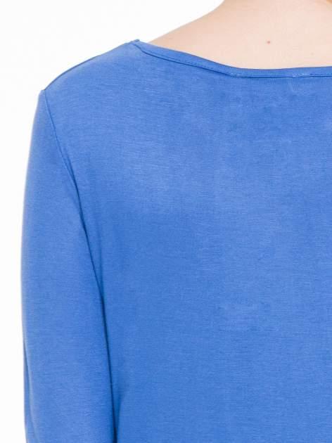 Niebieska gładka bluzka z dłuższym tyłem                                  zdj.                                  5