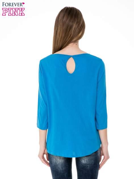 Niebieska gładka bluzka z łezką z tyłu                                  zdj.                                  4
